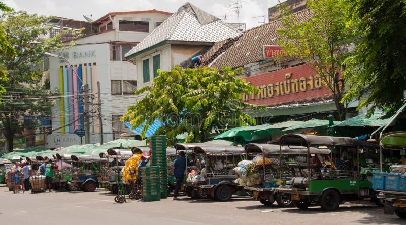 Transportiert Gemüse mit dem Auto Tuk Tuk bei Pak Khlong Talat stockfotografie