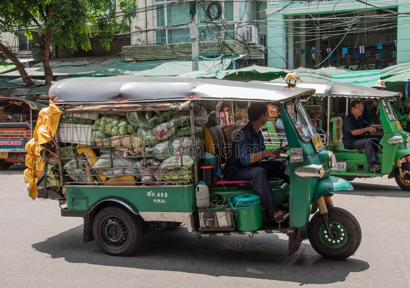 Transportiert Gemüse mit dem Auto Tuk Tuk an Pak Khlong Talat-Markt stockfotos