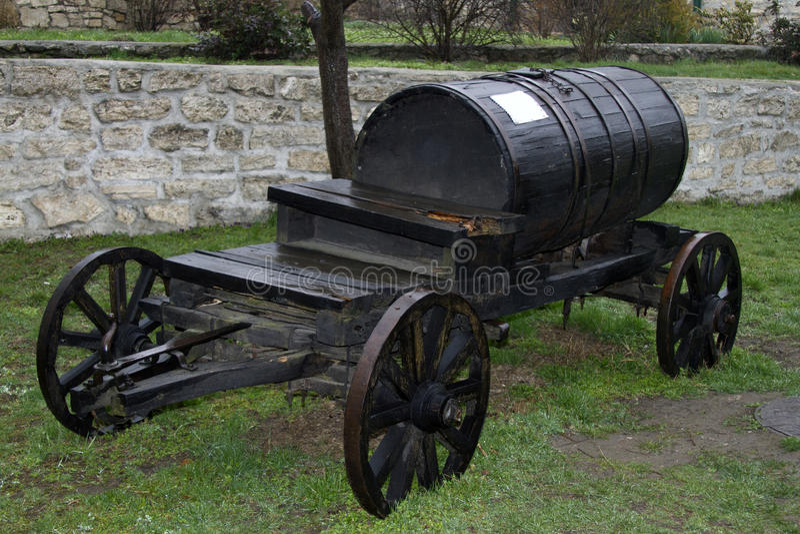 Transportiert schwarzer Fasslastwagen der Weinlese Wasser lizenzfreies stockfoto