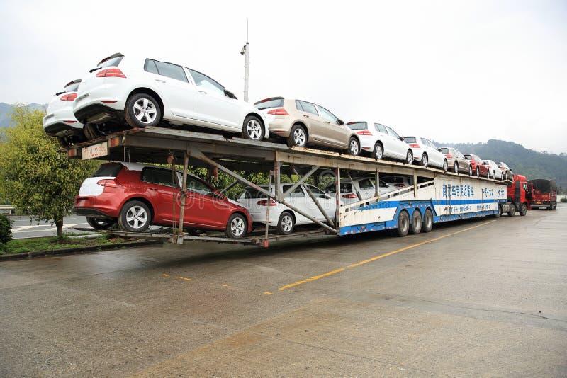 Transportista grande del coche del semi-camión del aparejo con los nuevos coches imágenes de archivo libres de regalías