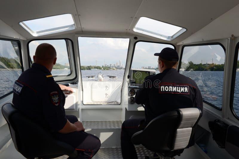 Transportpoliser patrullerar vattenområdet av den Khimki behållaren i Moskva arkivfoton