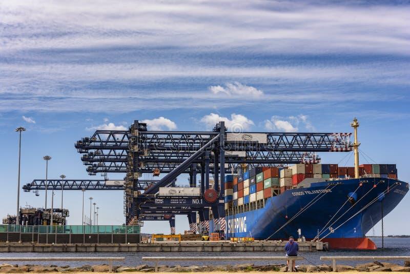 Transports maritimes amarrés à quai chez Haynes Dock, botanique gauche, Australie photographie stock