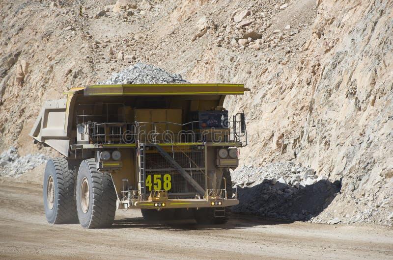 Transportsträckalastbilen bär avfalls vaggar i Chuquicamata kopparminen arkivbilder