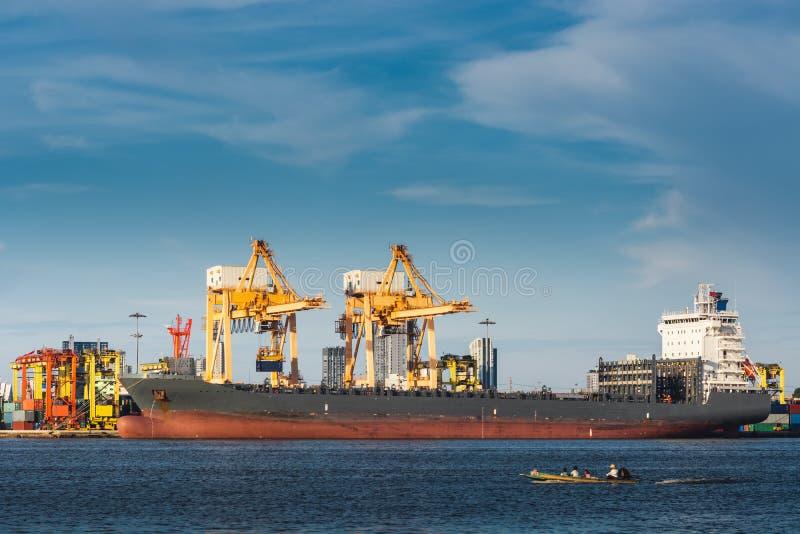 Transportu i wysyłki logistyki ładowniczy dok śmiertelnie , zbiornika import i eksport denny frachtowy transport przemysłowy , zdjęcie royalty free