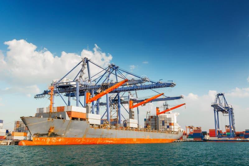 Transportu i wysy?ki logistyki ?adowniczy dok ?miertelnie , zbiornika import i eksport denny frachtowy transport przemys?owy , fotografia royalty free