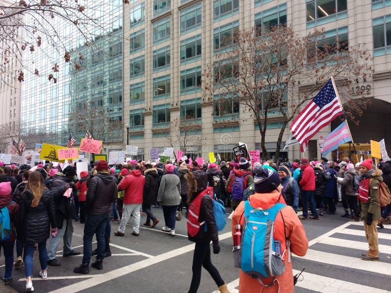 Transsexuel Pride Flag chez mars des femmes, Washington, C.C, Etats-Unis images stock