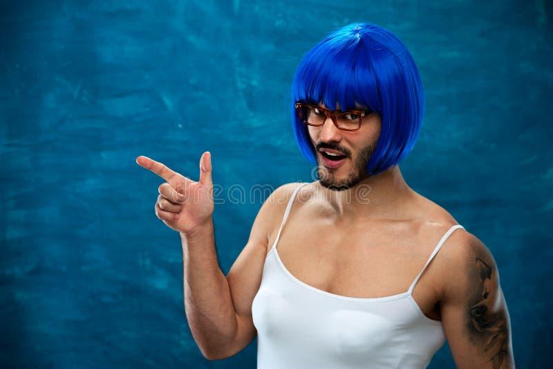 Transsexuellperson som bär den blåa peruken och exponeringsglas fotografering för bildbyråer