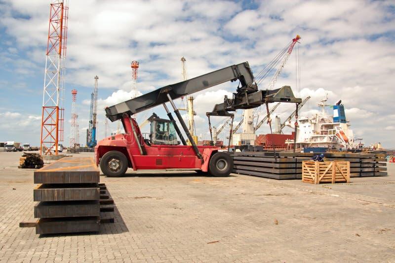 Transshipment terminal dla ładować stalowych produkty denni naczynia używać brzeg żurawie i specjalnego wyposażenie w Portowym Pe fotografia stock