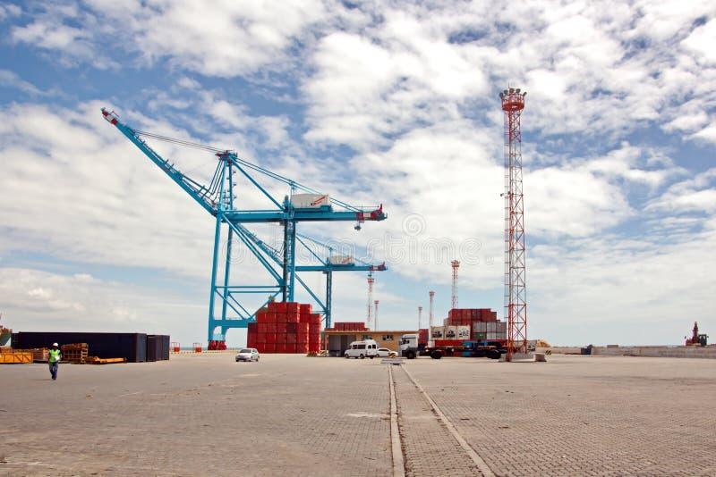 Transshipment terminal dla ładować stalowych produkty denni naczynia używać brzeg żurawie i specjalnego wyposażenie w Portowym Pe obraz stock