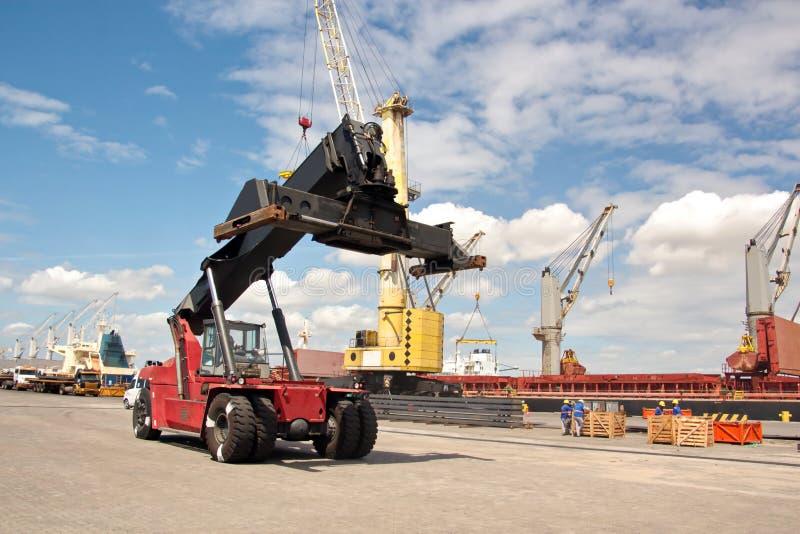 Transshipment terminal dla ładować stalowych produkty denni naczynia używać brzeg żurawie i specjalnego wyposażenie w Portowym Pe zdjęcia royalty free