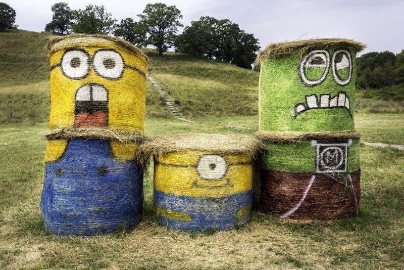 Transsylvanië, Roemenië - Augustus 16, 2015: Minions op hooibalen die wordt getrokken Actiecijfer van Verachtelijk me 2 geanimeer royalty-vrije stock afbeelding