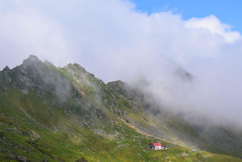 Transsylvania mistige berg en blauwe hemel in Fagaras stock foto