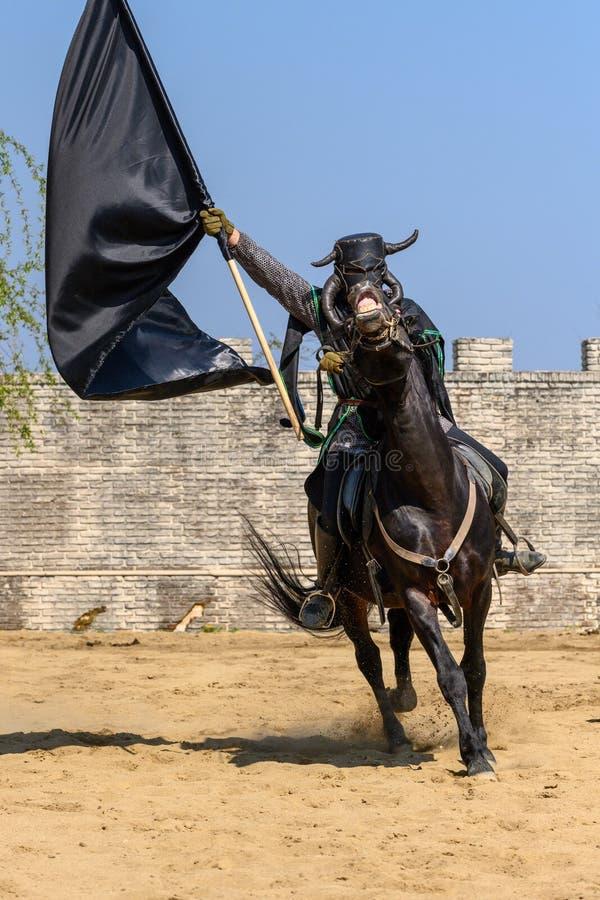 Transylvania średniowieczny festiwal z rycerza jeździeckim koniem obraz stock