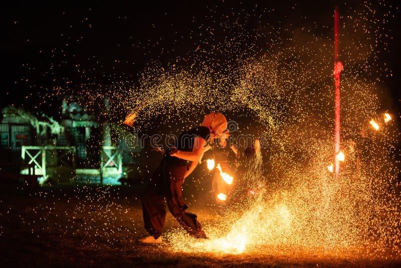Transylvania medeltida festival i Rumänien som brand-spottar, flammathrower, brandluftventil royaltyfria bilder