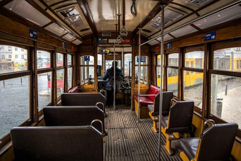 Tranvía amarilla de Lisboa Interior imagenes de archivo