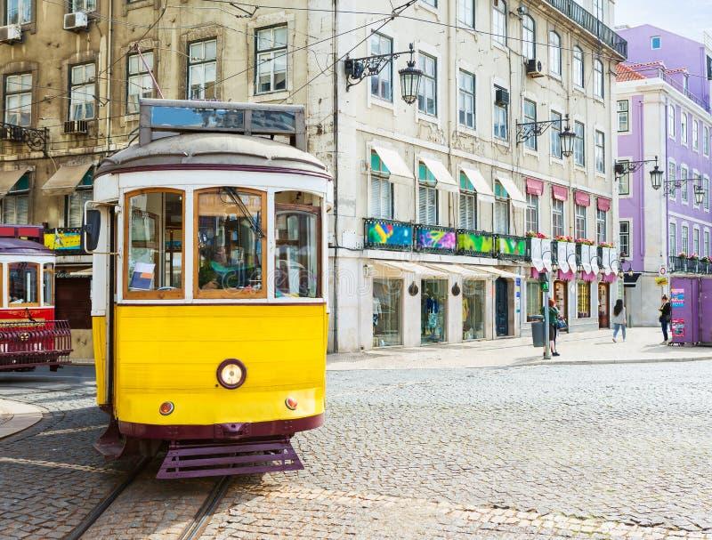 Tranvía amarilla en el centro de ciudad en el día de primavera soleado, Praca DA Figueira, Lisboa, Portuga del vintage foto de archivo libre de regalías