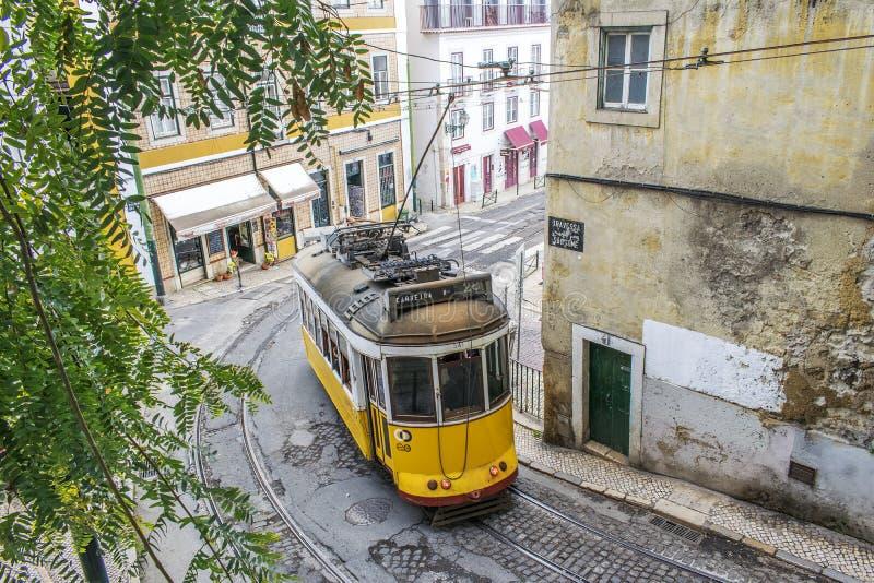 Tranvía amarilla 28 en Lisboa foto de archivo