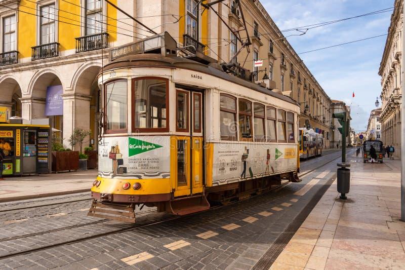Tranvía amarilla 28 en Lisboa, Portugal fotografía de archivo
