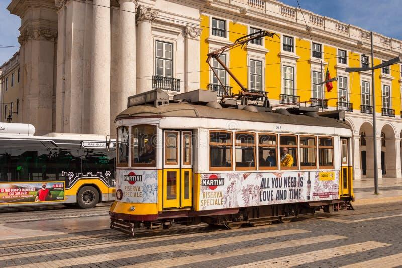 Tranvía amarilla 28 en Lisboa, Portugal foto de archivo