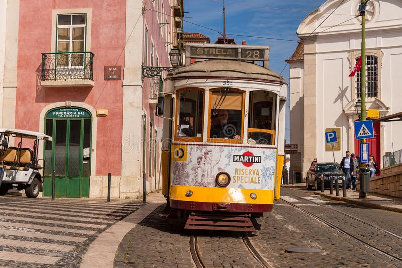 Tranvía amarilla 28 en Lisboa, Portugal imagenes de archivo