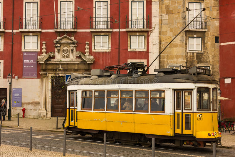 Tranvía amarilla que pasa por el palacio de Azurara. Lisboa. Portugal imagenes de archivo
