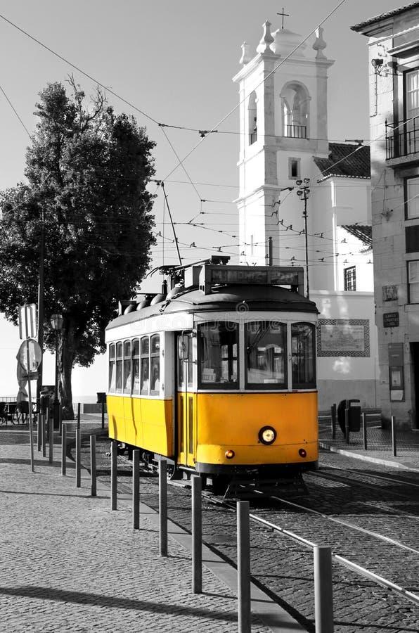 Tranvía amarilla vieja de Lisboa sobre fondo blanco y negro imagen de archivo libre de regalías
