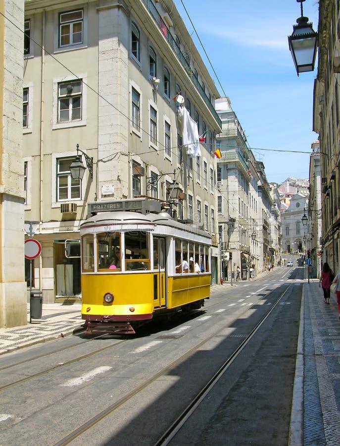 Tranvía amarilla vieja en Lisboa céntrica imágenes de archivo libres de regalías