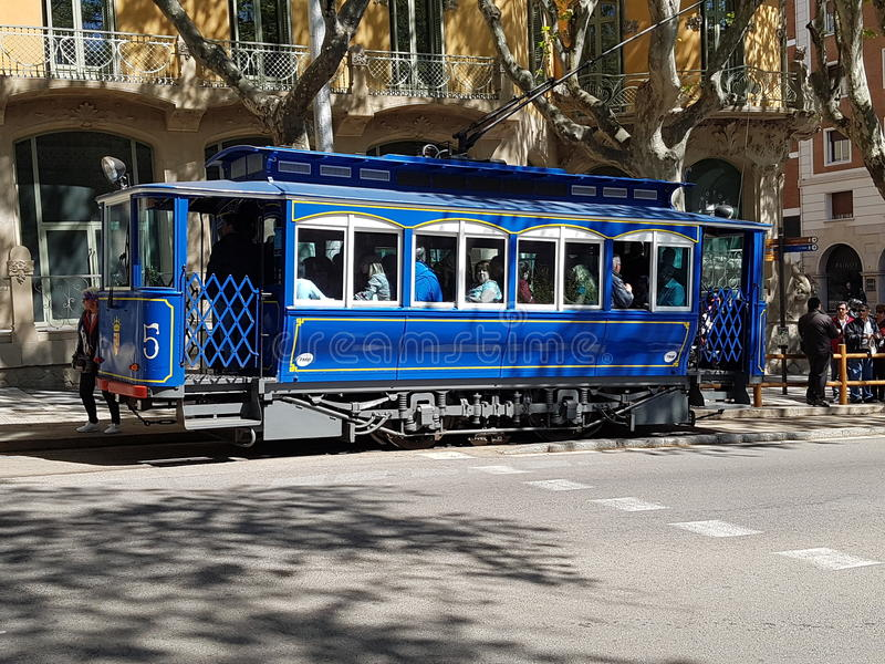 Tranvía azul en Barcelona imágenes de archivo libres de regalías