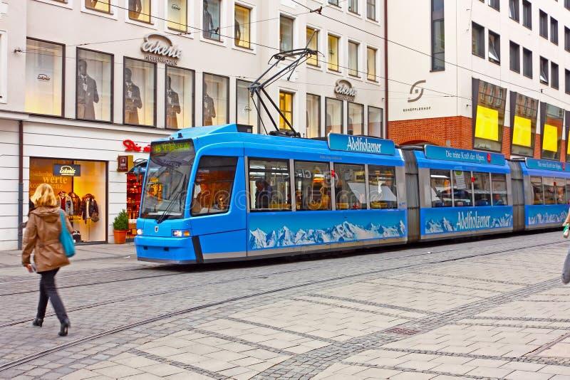 Tranvía azul en la calle de Munich fotos de archivo libres de regalías