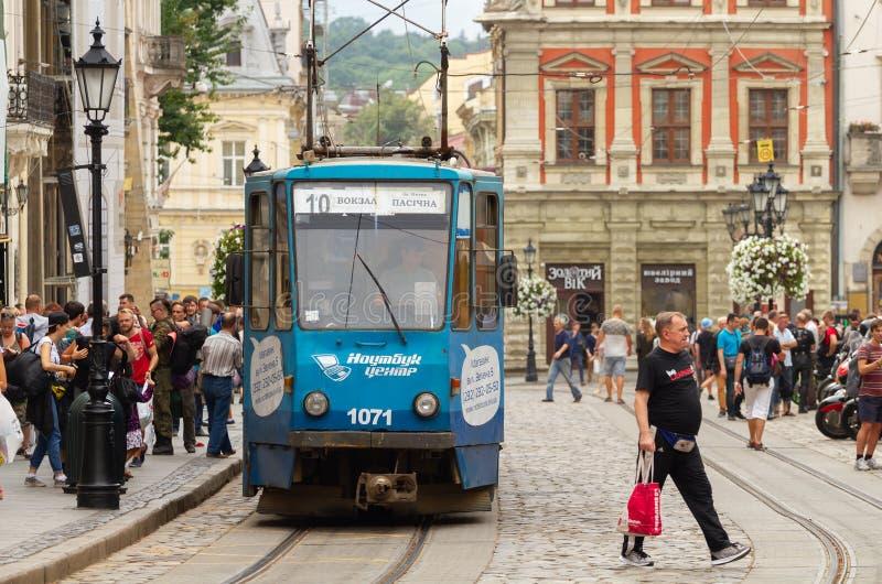 Tranvía azul en la ciudad de Lviv imagenes de archivo
