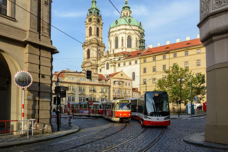 Tranvía checa en el cuadrado de Malostranska en Praga, República Checa imagen de archivo