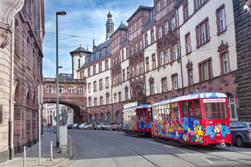 Tranvía coloreada hermosa para el transporte turístico en la ciudad de Frankfurt-am-Main, Europa fotografía de archivo libre de regalías