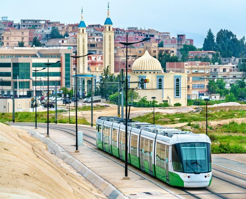 Tranvía de la ciudad y una mezquita en Constantina, Argelia foto de archivo