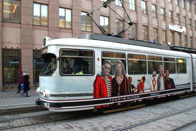 Tranvía de mudanza de HSL con Tommy Hilfiger Advertisement fotografía de archivo