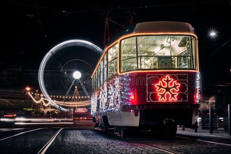 Tranvía de Navidad y círculo en Brno 2019 imagen de archivo