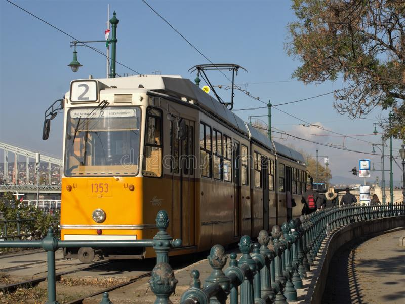 Tranvía del amarillo de Budapest fotografía de archivo