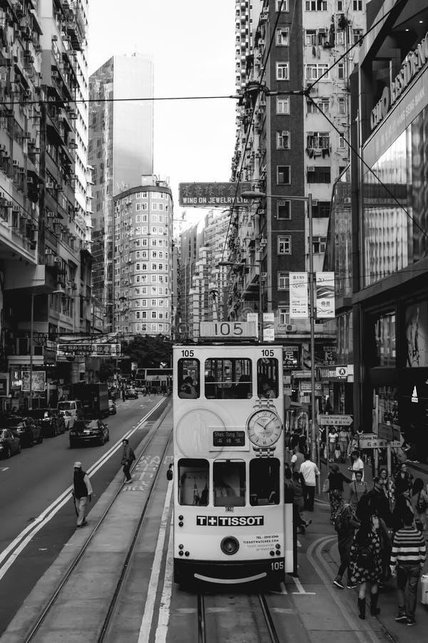Tranvía del autobús de dos pisos en las calles de Hong Kong Island fotos de archivo