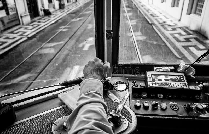 Tranvía del conductor en Lisboa fotografía de archivo libre de regalías