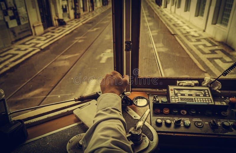 Tranvía del conductor en Lisboa fotografía de archivo
