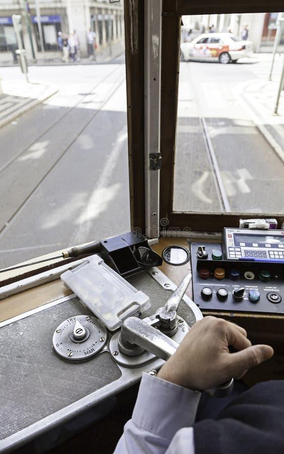 Tranvía del conductor en Lisboa imagen de archivo