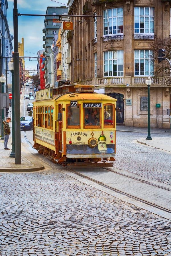 Tranvía del vintage del amarillo de Oporto, Portugal fotos de archivo