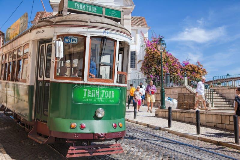 Tranvía del vintage en el centro de ciudad de Lisboa Lisboa, Portugal en un día de verano fotos de archivo