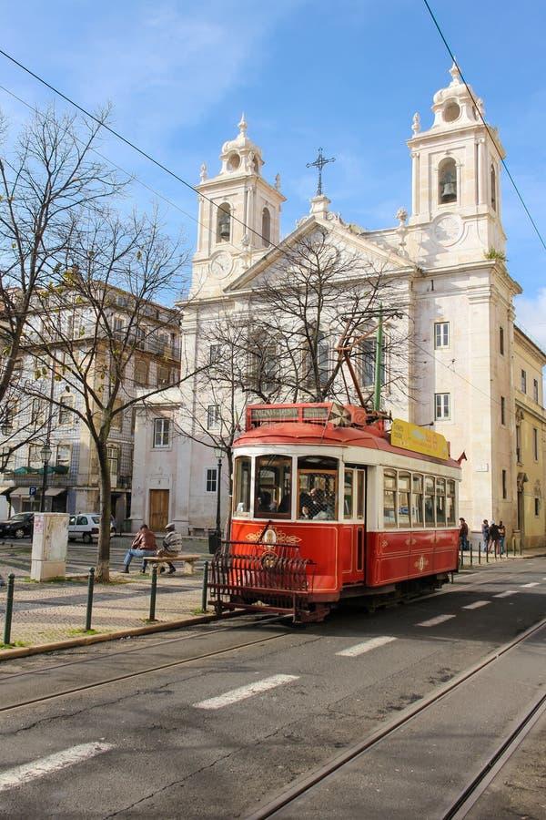 Tranvía e iglesia rojas de San Pablo. Lisboa. Portugal fotografía de archivo libre de regalías