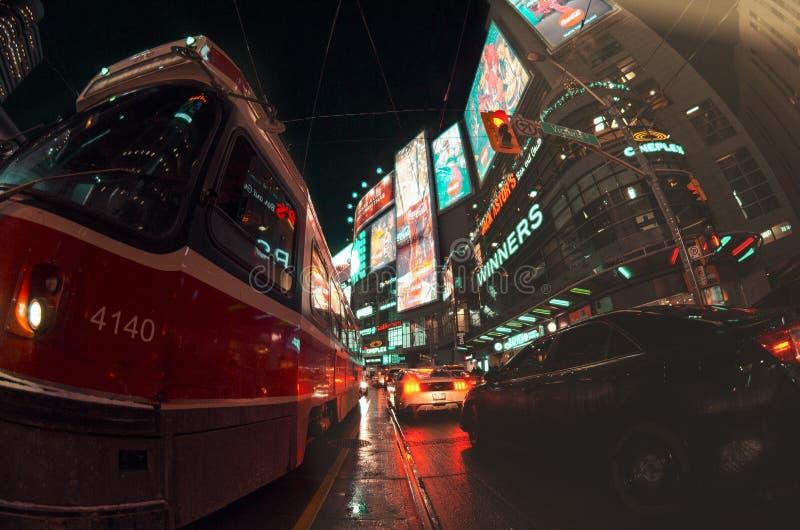 Tranvía en el papel pintado de la noche imagen de archivo libre de regalías
