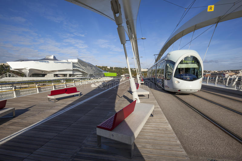 Tranvía en el puente fotografía de archivo
