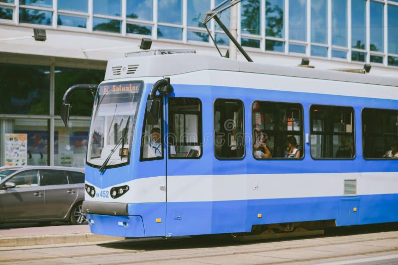 Tranvía en la vieja parte de Kraków fotos de archivo