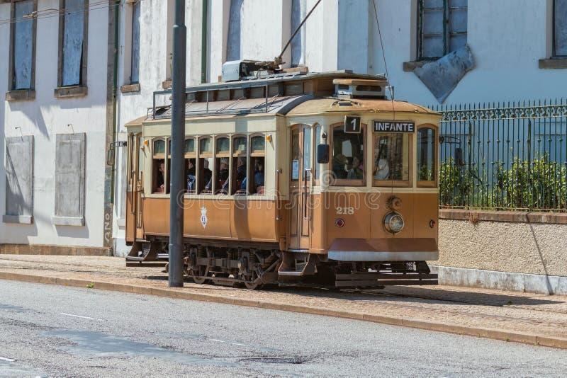 Tranvía histórica de la calle en Oporto, Portugal, 23 En mayo de 2014 foto de archivo libre de regalías
