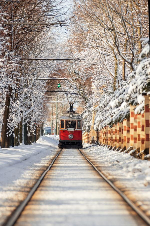 Tranvía histórica en el invierno Praga imágenes de archivo libres de regalías