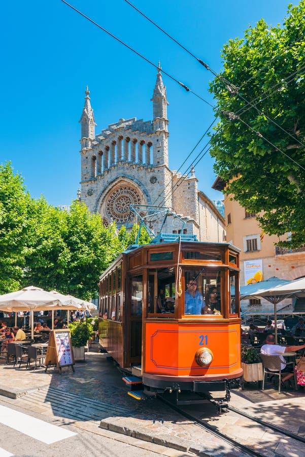 Tranvía histórica que conduce en la calle de Soller Mallorca España imágenes de archivo libres de regalías