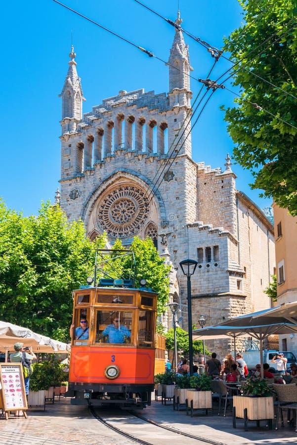 Tranvía histórica que conduce en la calle de Soller Mallorca España fotografía de archivo libre de regalías